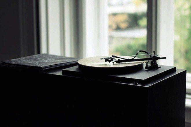 Este toca discos transforma sulcos de árvores em música