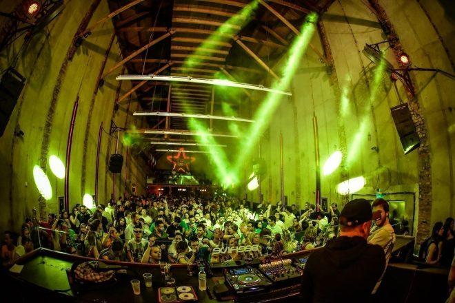 DJ Mau Mau e Renato Cohen agitam club Beehive