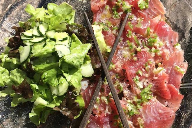 Fatias de atum fresco e salada