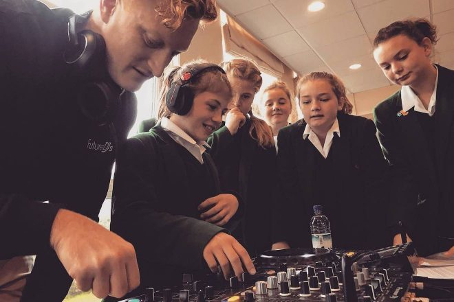 Aprender a discotecar agora vale no ensino secundário no Reino Unido