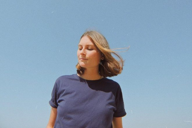 Frescor e texturas à beira-mar: conheça o novo EP da dsrptv rec, Céu Aberto por Kika Deeke