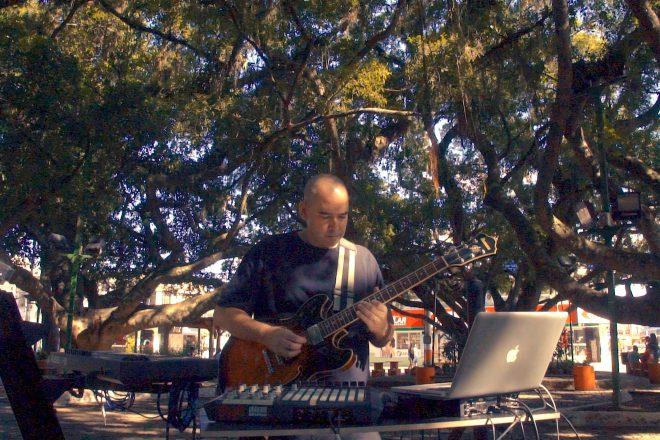 Conheça a mistura ousada de guitarra com música eletrônica de Loopstrings