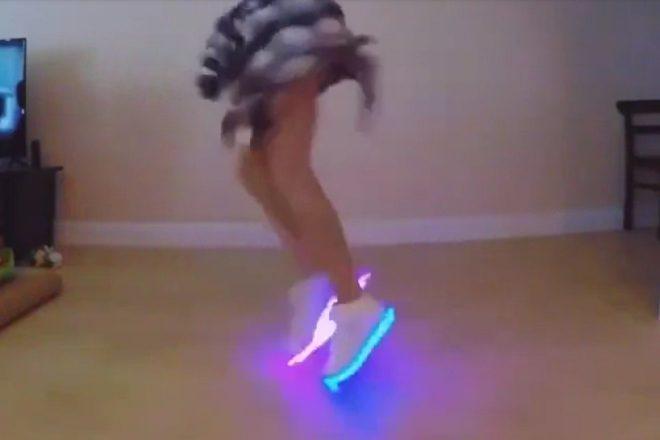 Garota dançando com tênis de LED atrai milhões de views em horas