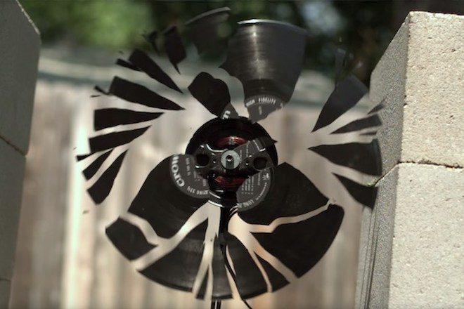 Veja um vinil girar ultra rápido até se desintegrar (video)