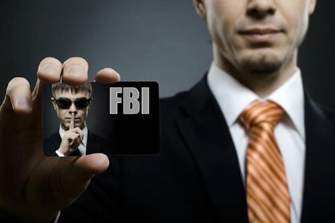 Agente do FBI dá cambalhota na balada, arma cai, dispara e fere uma pessoa