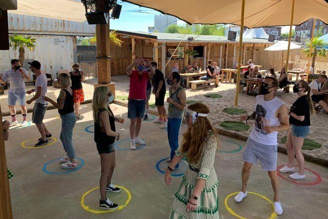 Festa com distanciamento social é realizada em nightclub na Alemanha